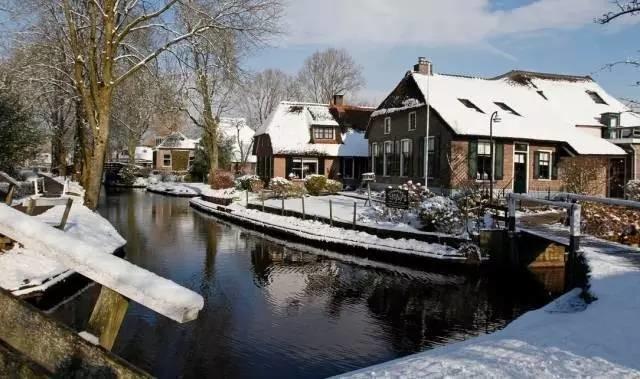 Thị trấn cổ tích Giethoorn ở Hà Lan: Hơn 7 thế kỷ không có đường bộ, đi thăm nhau không ngồi ô tô mà phải chèo thuyền - Ảnh 6.