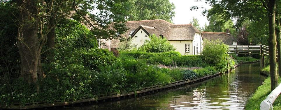 Thị trấn cổ tích Giethoorn ở Hà Lan: Hơn 7 thế kỷ không có đường bộ, đi thăm nhau không ngồi ô tô mà phải chèo thuyền - Ảnh 3.