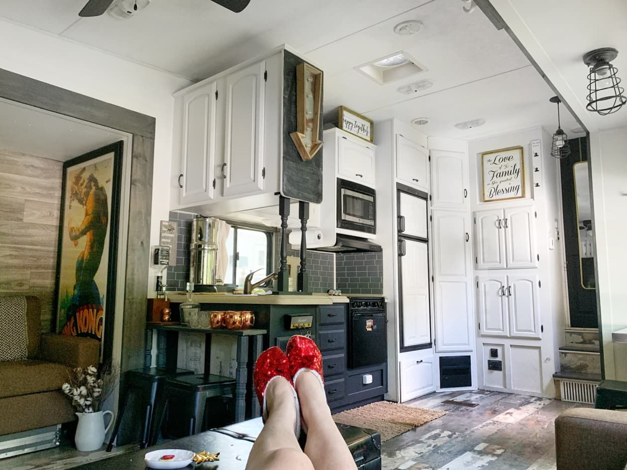 A 300-Square-foot RV là một ngôi nhà nhỏ trên bánh xe cho một cặp vợ chồng và ba chó của họ - Ảnh 2.