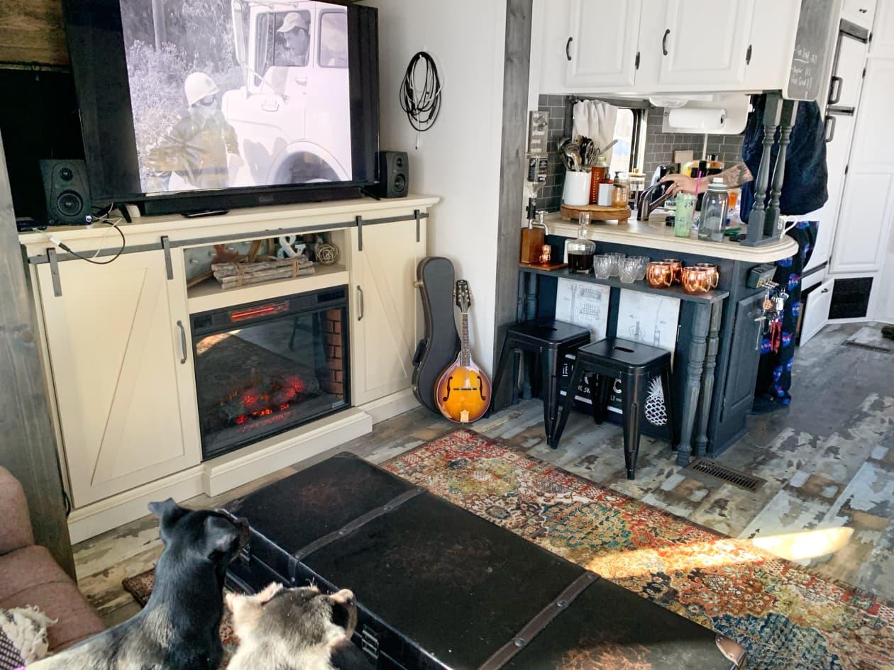 A 300-Square-foot RV là một ngôi nhà nhỏ trên bánh xe cho một cặp vợ chồng và ba chó của họ - Ảnh 3.