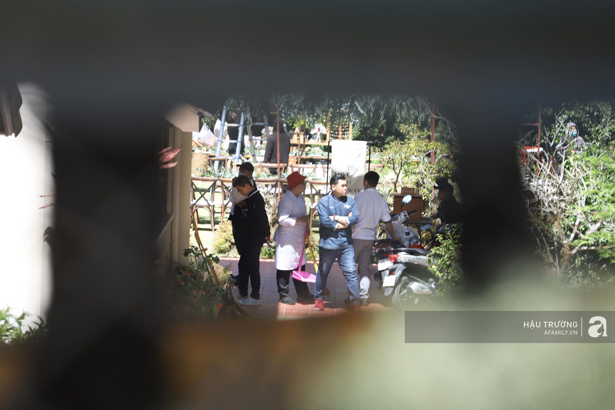 Đám cưới Tóc Tiên và Hoàng Touliver: Lộ hình cận mặt cô dâu chú rể, địa điểm tổ chức tiệc cưới đang trong quá trình trang trí - Ảnh 14.
