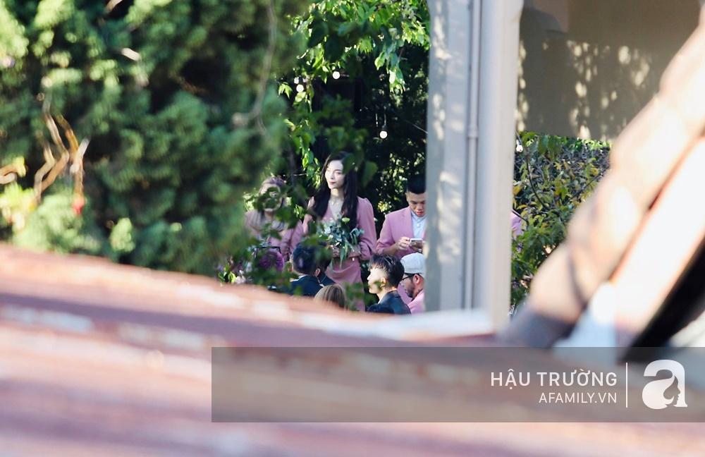 Tiệc cưới chính thức của Tóc Tiên và Hoàng Touliver: Cô dâu chú rể giơ tay chữ V khi nhận thấy có sự xuất hiện của giới truyền thông - Ảnh 17.