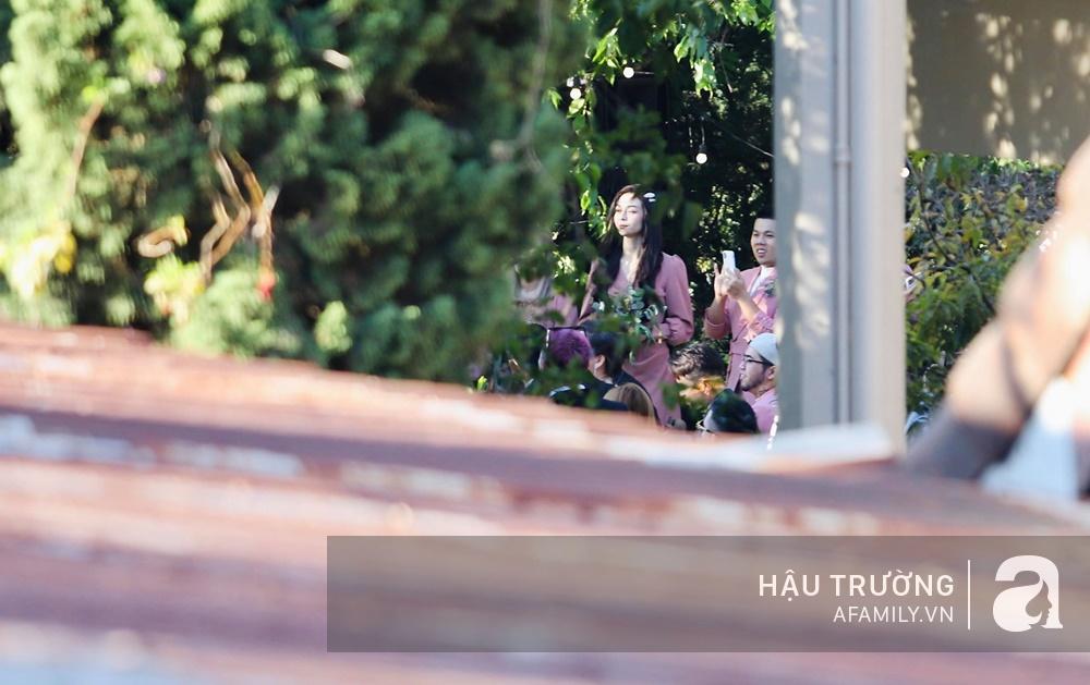 Tiệc cưới chính thức của Tóc Tiên và Hoàng Touliver: Cô dâu chú rể giơ tay chữ V khi nhận thấy có sự xuất hiện của giới truyền thông - Ảnh 16.