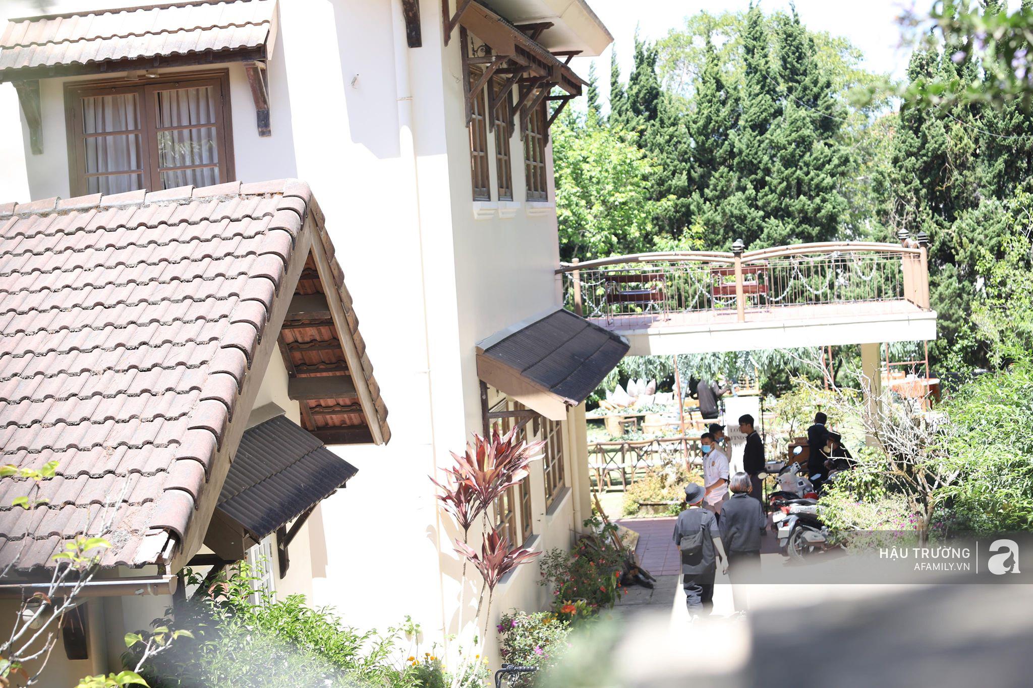 Đám cưới Tóc Tiên và Hoàng Touliver: Lộ hình cận mặt cô dâu chú rể, địa điểm tổ chức tiệc cưới đang trong quá trình trang trí - Ảnh 15.