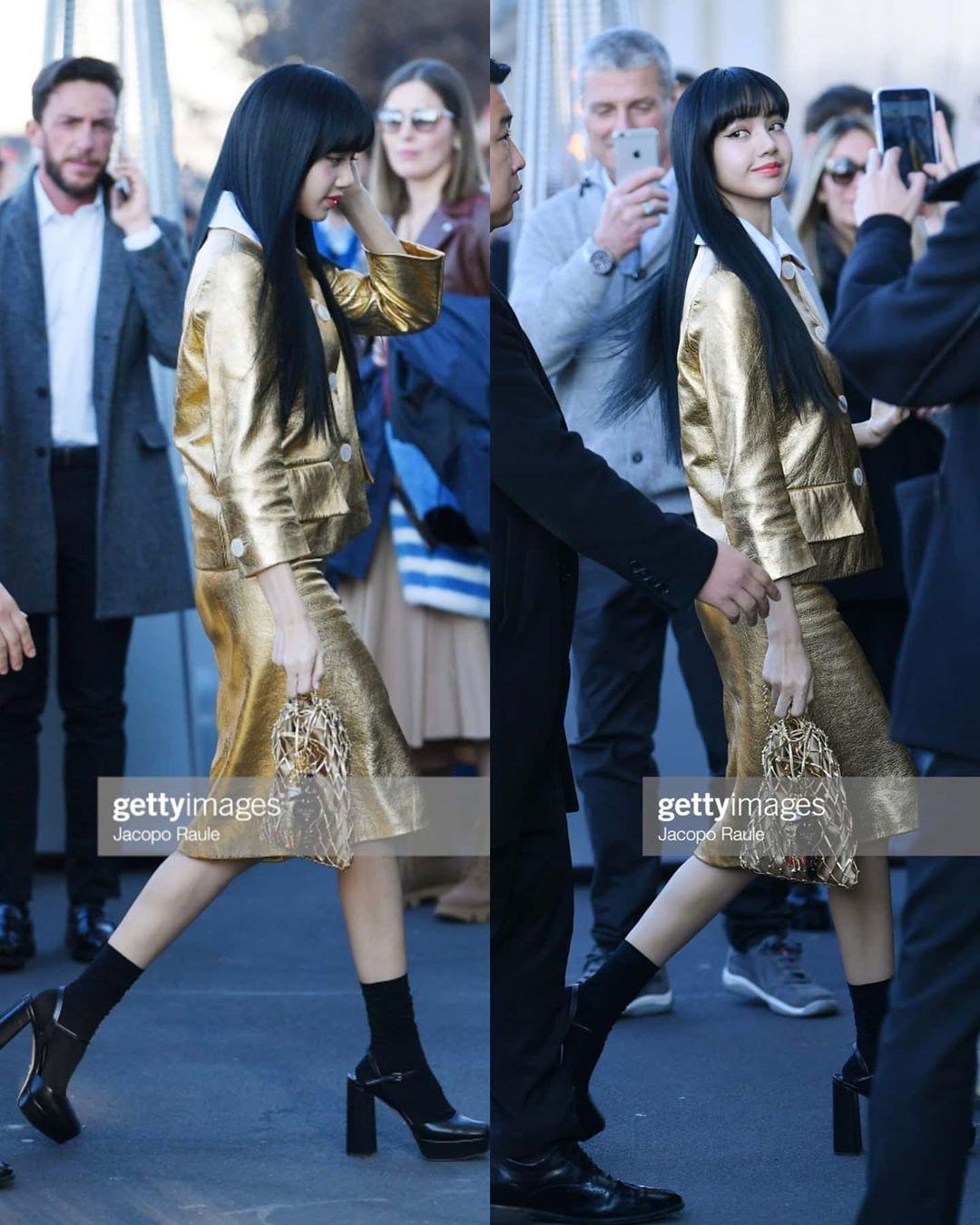 """Dự show Prada, Lisa (Black Pink) diện cả cây đồ """"hoàng quyền"""" vàng óng trị giá gần 200 triệu với ánh mắt sắc lạnh đến gai người - Ảnh 2."""