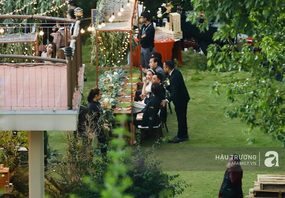 Tiệc cưới chính thức của Tóc Tiên và Hoàng Touliver: Cô dâu chú rể giơ tay chữ V khi nhận thấy có sự xuất hiện của giới truyền thông - Ảnh 24.