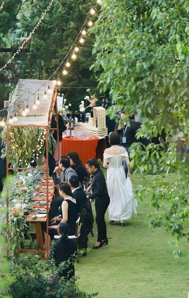 Tiệc cưới chính thức của Tóc Tiên và Hoàng Touliver: Cô dâu chú rể giơ tay chữ V khi nhận thấy có sự xuất hiện của giới truyền thông - Ảnh 23.