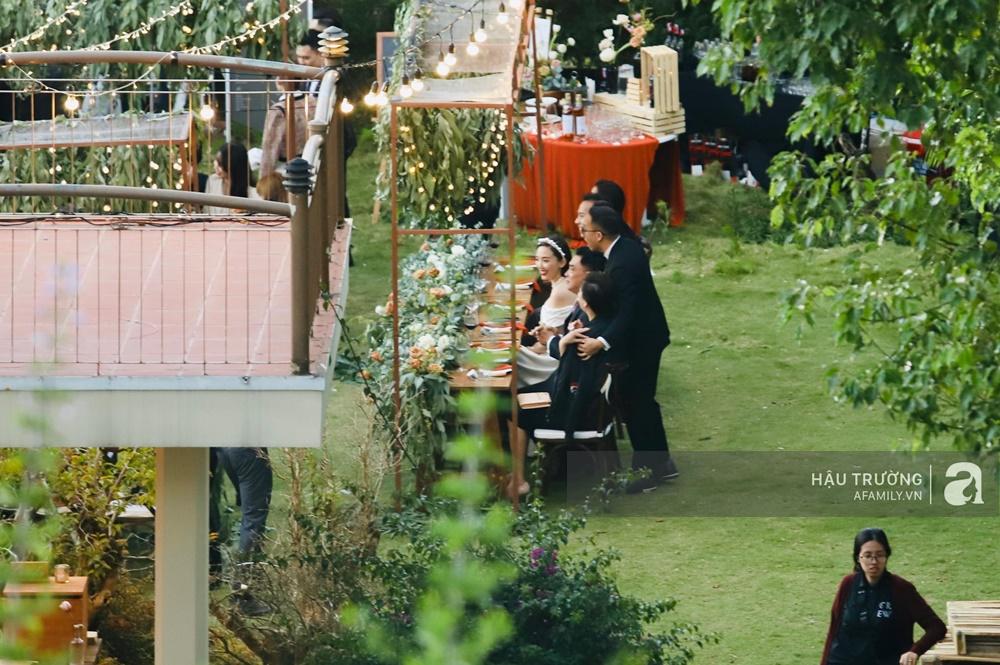 Tiệc cưới chính thức của Tóc Tiên và Hoàng Touliver: Cô dâu chú rể giơ tay chữ V khi nhận thấy có sự xuất hiện của giới truyền thông - Ảnh 21.
