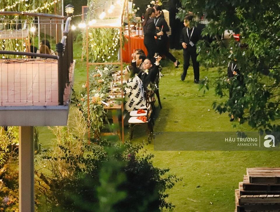 Tiệc cưới chính thức của Tóc Tiên và Hoàng Touliver: Cô dâu chú rể giơ tay chữ V khi nhận thấy có sự xuất hiện của giới truyền thông - Ảnh 20.