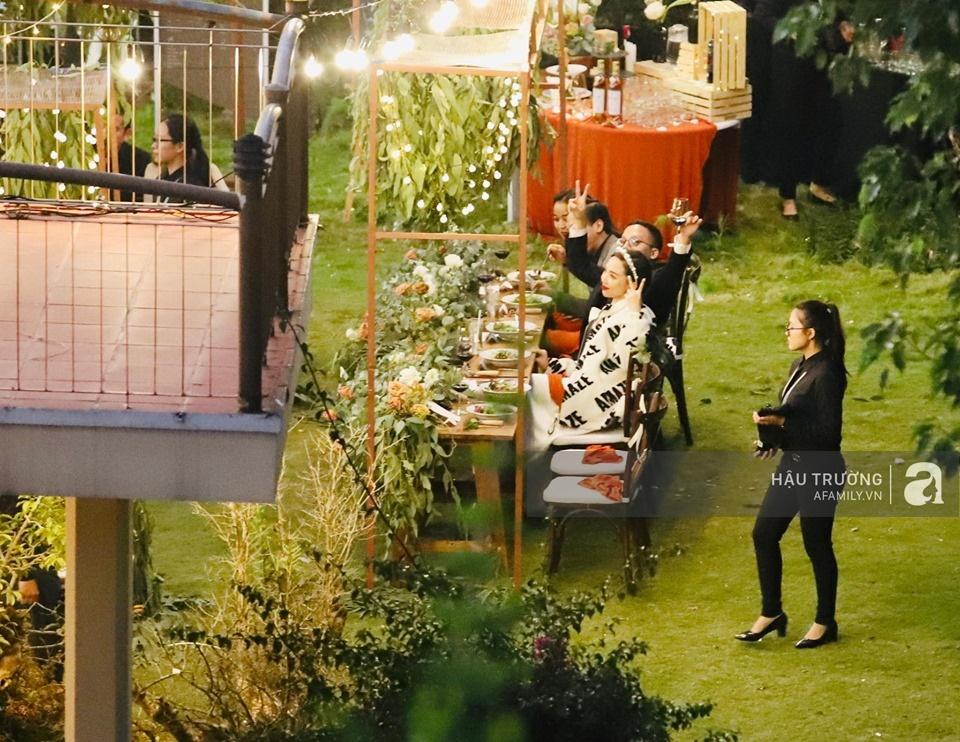 Tiệc cưới chính thức của Tóc Tiên và Hoàng Touliver: Cô dâu chú rể giơ tay chữ V khi nhận thấy có sự xuất hiện của giới truyền thông - Ảnh 22.