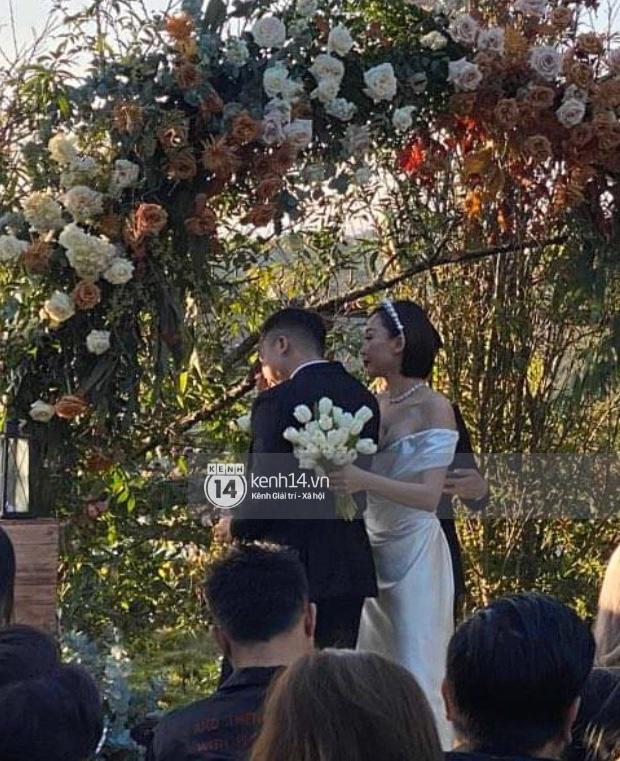 Trái với hình ảnh nổi loạn thường ngày, cô dâu Tóc Tiên dịu dàng e ấp trong mẫu váy cưới tinh giản nhưng độ sexy ná thở vẫn được giữ trọn - Ảnh 2.