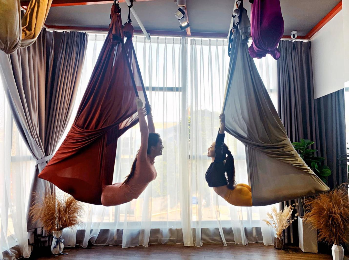 Aerial Yoga bộ môn của những cô nàng yêu cái đẹp - Ảnh 2.