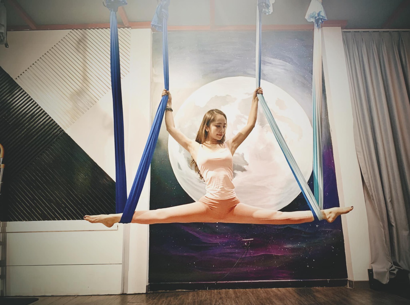 Aerial Yoga bộ môn của những cô nàng yêu cái đẹp - Ảnh 3.