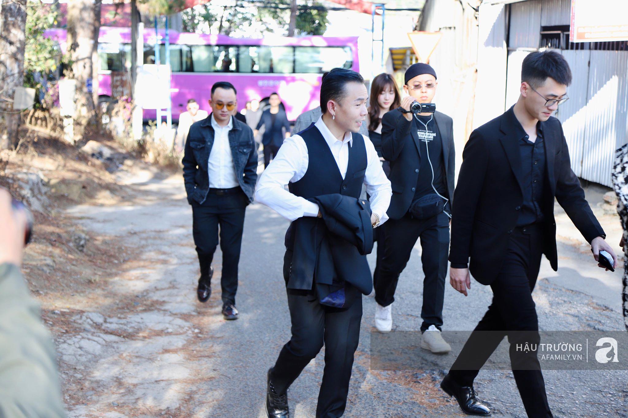 Tiệc cưới chính thức của Tóc Tiên và Hoàng Touliver: Kelbin, Tiên Tiên cùng nhiều nghệ sĩ váy áo lộng lẫy bí mật xuất hiện - Ảnh 9.