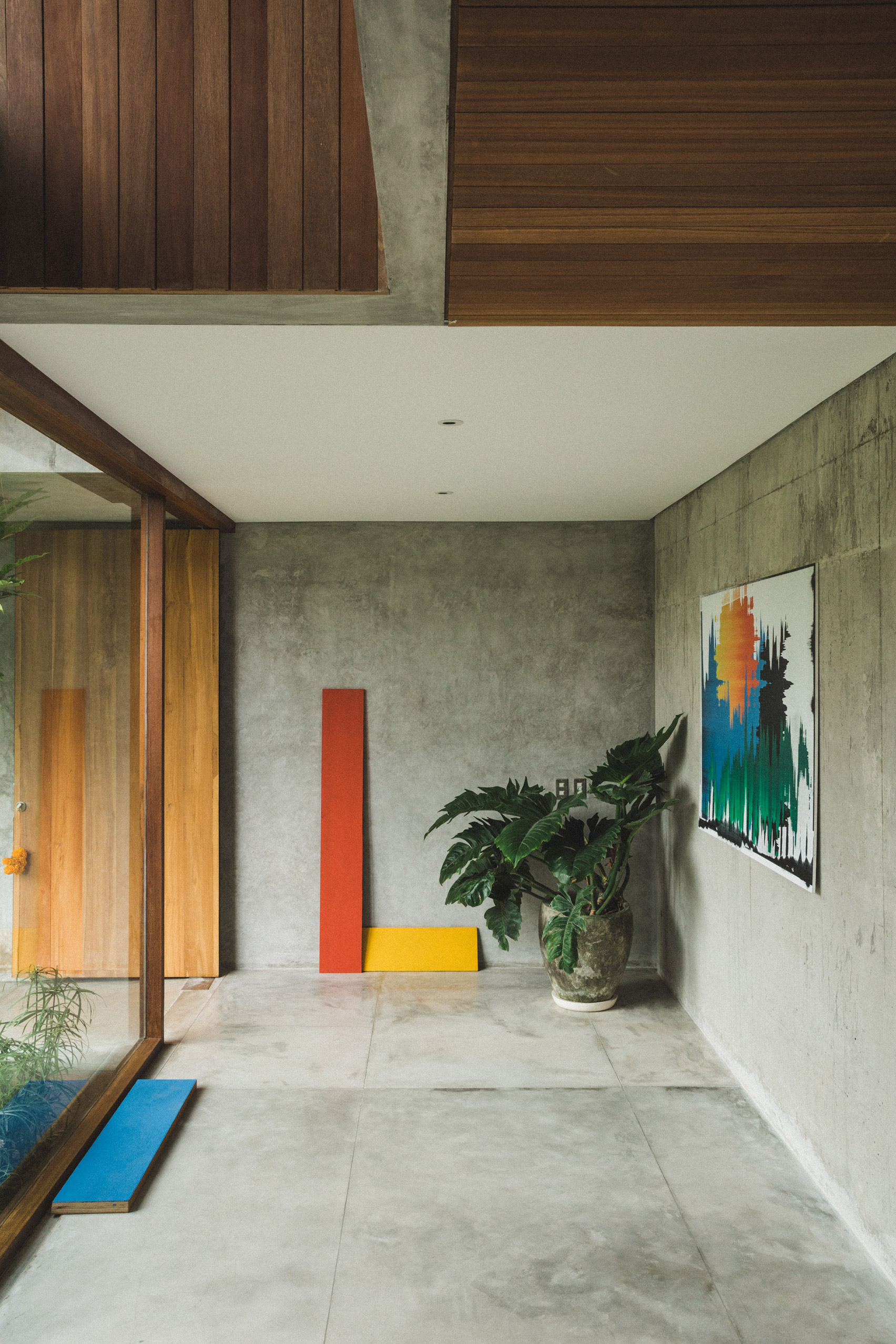 Ngôi nhà đầy sắc màu nhiệt đới với cây xanh phủ kín mọi góc nhìn - Ảnh 7.