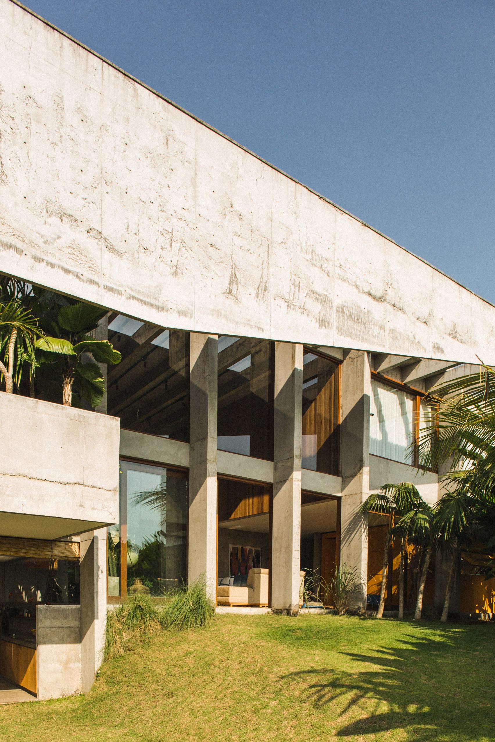 Ngôi nhà đầy sắc màu nhiệt đới với cây xanh phủ kín mọi góc nhìn - Ảnh 4.