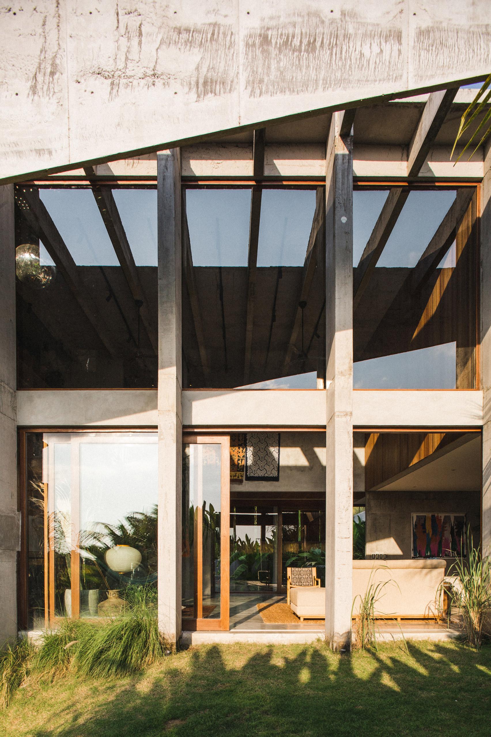 Ngôi nhà đầy sắc màu nhiệt đới với cây xanh phủ kín mọi góc nhìn - Ảnh 5.
