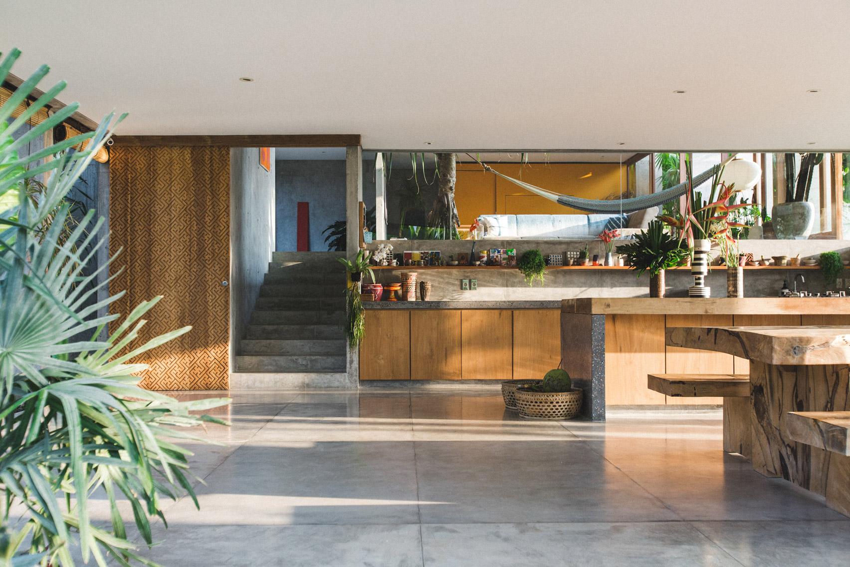 Ngôi nhà đầy sắc màu nhiệt đới với cây xanh phủ kín mọi góc nhìn - Ảnh 6.