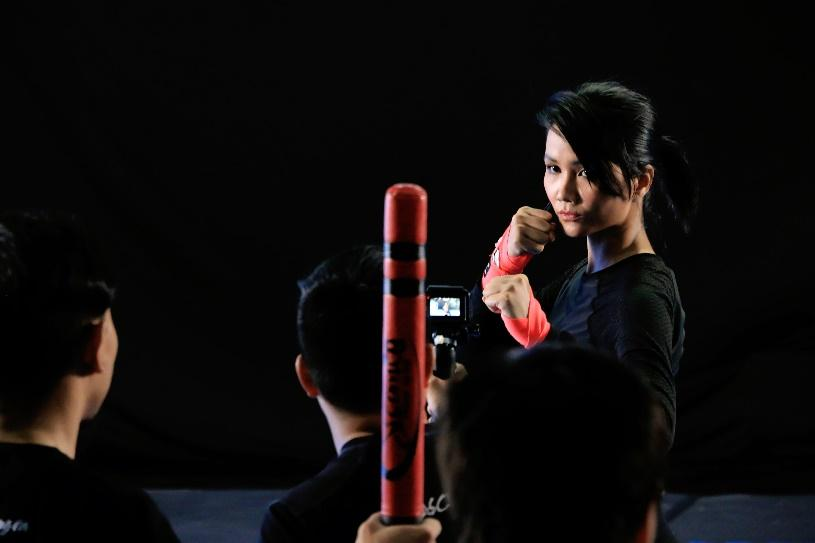 """Choáng với màn """"1 đấu 7"""" của Hoa hậu H'Hen Niê chỉ sau 1 tuần tập luyện đóng phim điện ảnh mới - Ảnh 6."""