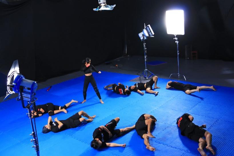 """Choáng với màn """"1 đấu 7"""" của Hoa hậu H'Hen Niê chỉ sau 1 tuần tập luyện đóng phim điện ảnh mới - Ảnh 7."""