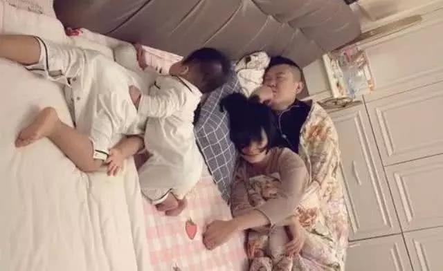 """Bà nội chụp lại cảnh cả nhà ngủ say khiến cư dân mạng cười bò: Bố mẹ mới là """"chân ái"""", chúng con chỉ là râu ria! - Ảnh 2."""