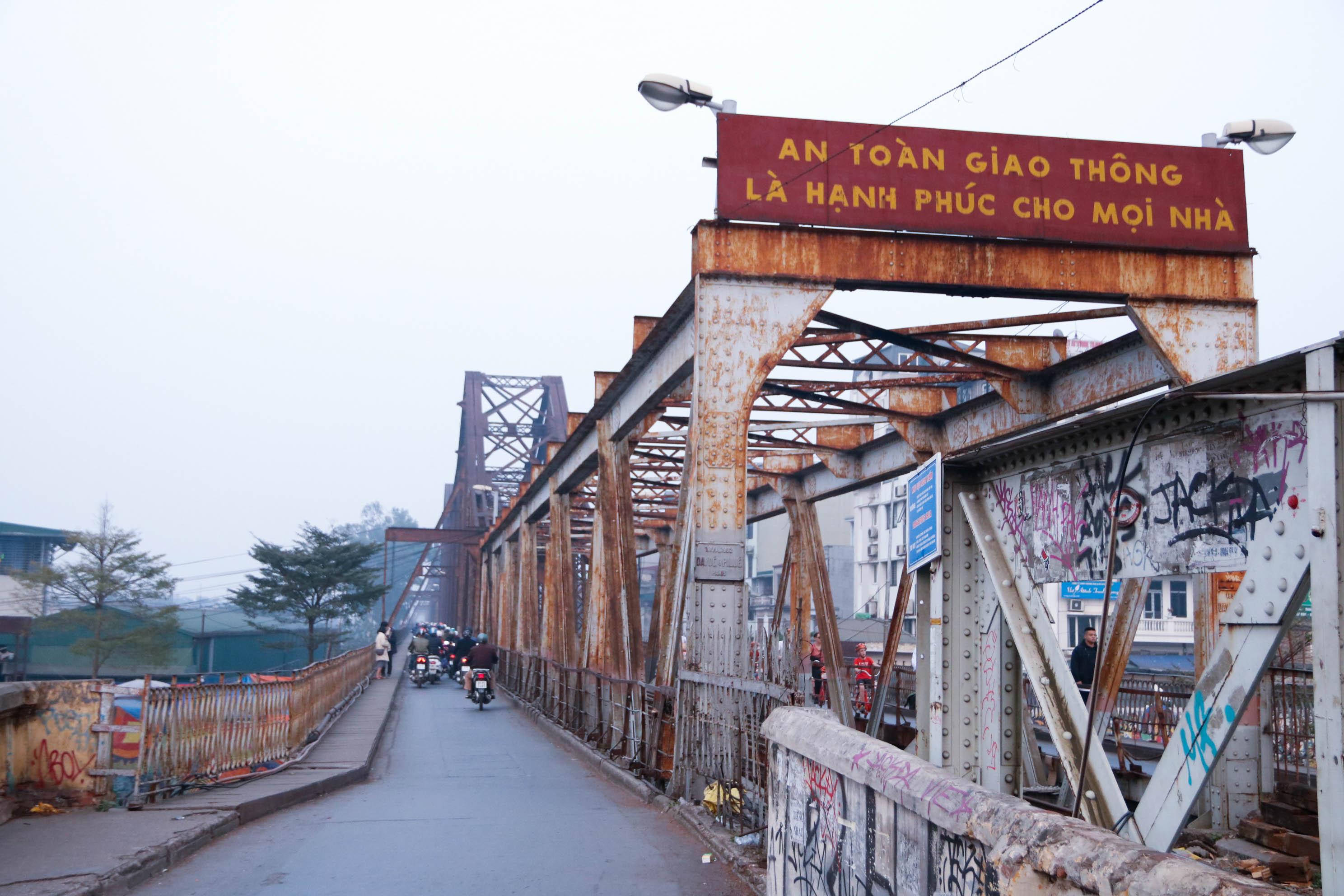 Cầu Long Biên xuống cấp đến không ngờ, mặt đường bị cày xới khiến người dân đi lại gặp nhiều khó khăn - Ảnh 1.