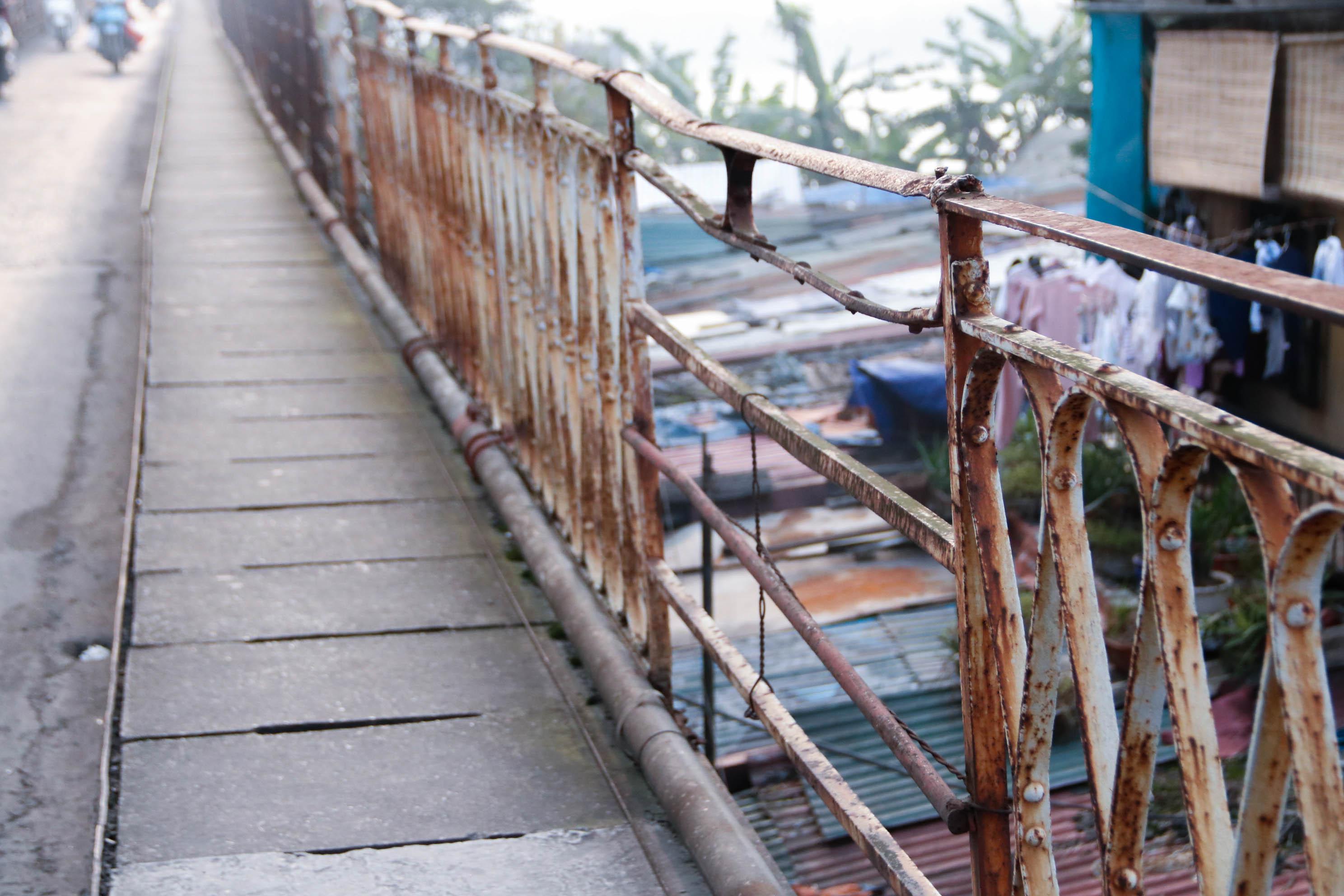 Cầu Long Biên xuống cấp đến không ngờ, mặt đường bị cày xới khiến người dân đi lại gặp nhiều khó khăn - Ảnh 12.