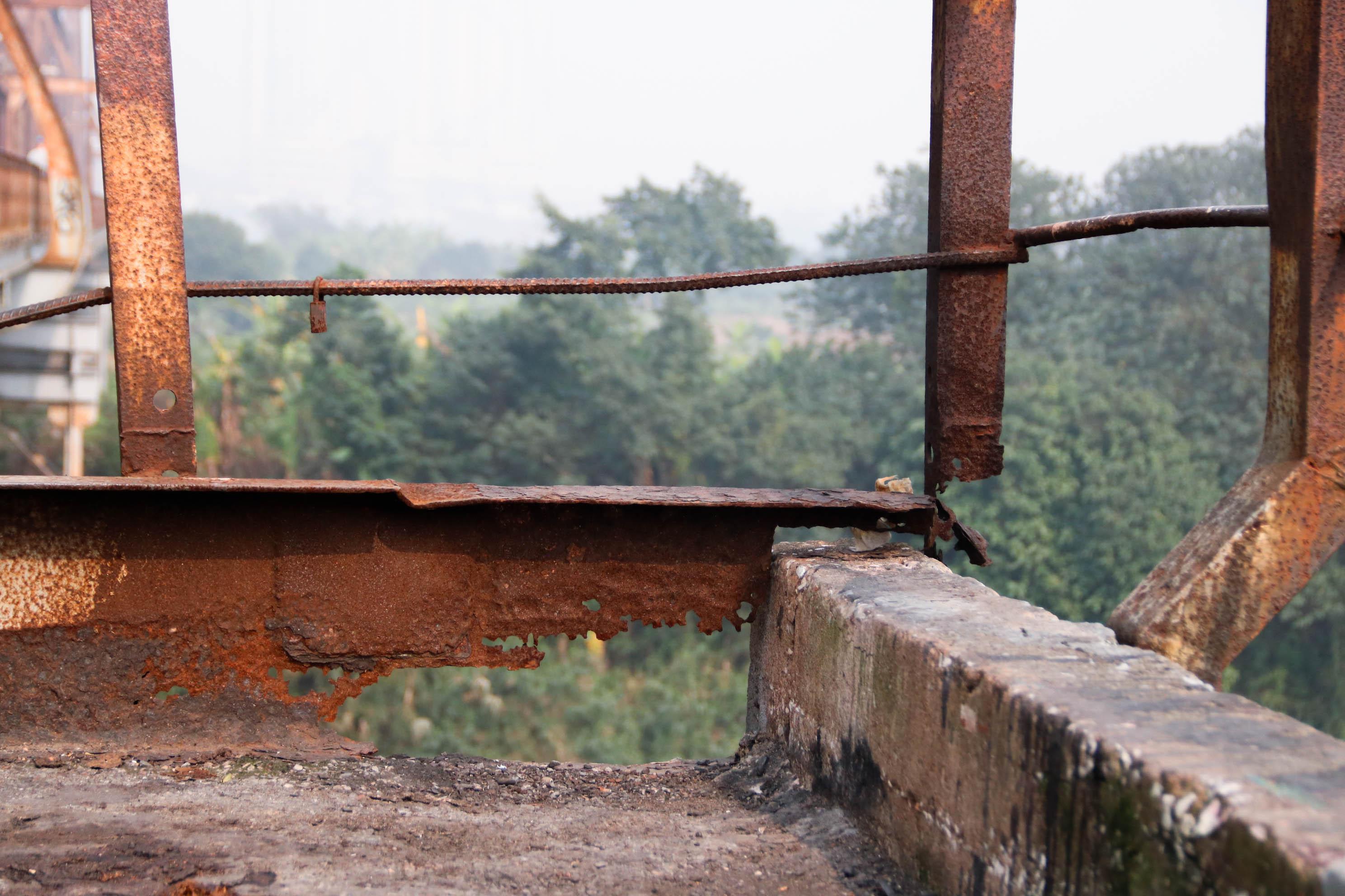 Cầu Long Biên xuống cấp đến không ngờ, mặt đường bị cày xới khiến người dân đi lại gặp nhiều khó khăn - Ảnh 13.