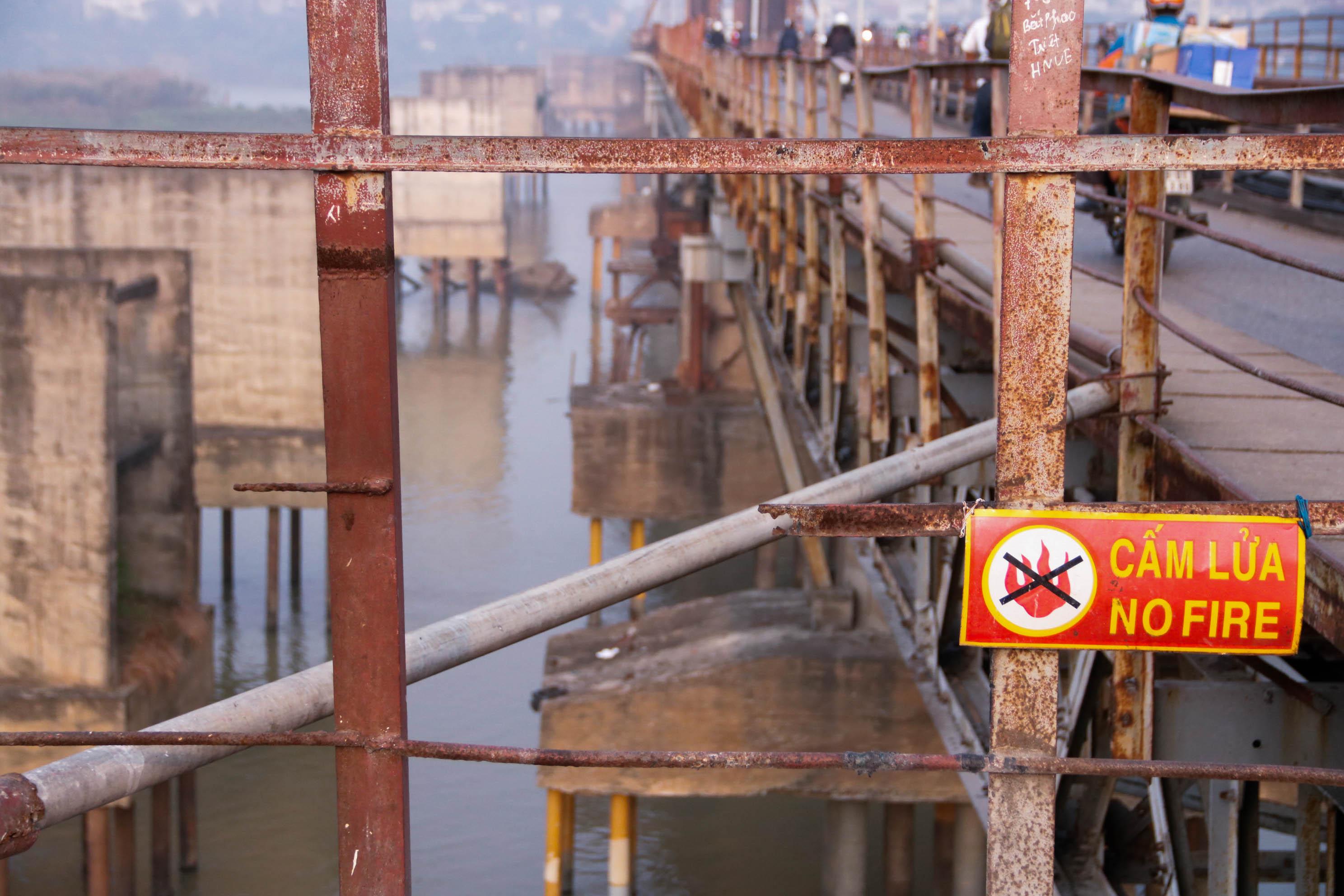 Cầu Long Biên xuống cấp đến không ngờ, mặt đường bị cày xới khiến người dân đi lại gặp nhiều khó khăn - Ảnh 15.