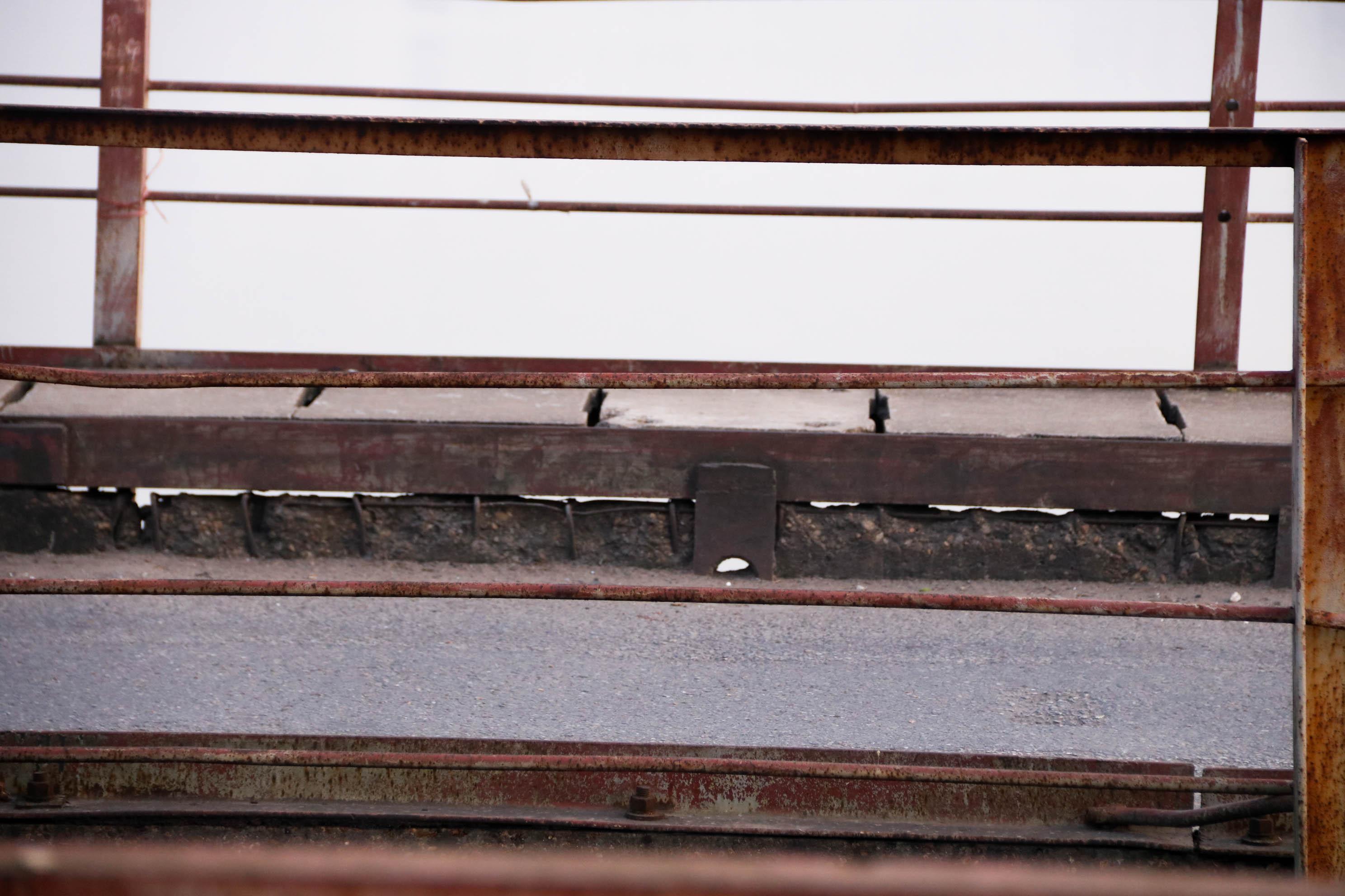 Cầu Long Biên xuống cấp đến không ngờ, mặt đường bị cày xới khiến người dân đi lại gặp nhiều khó khăn - Ảnh 17.
