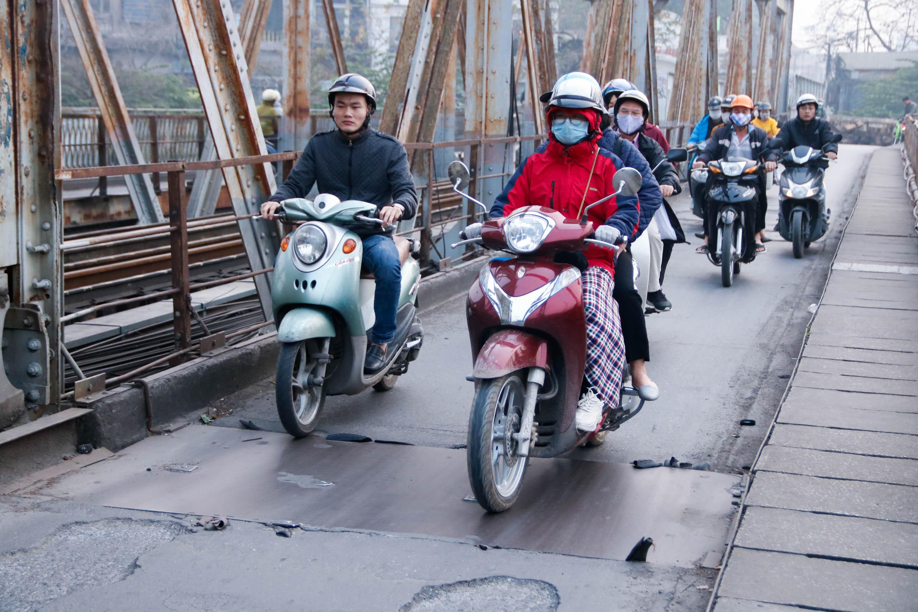 Cầu Long Biên xuống cấp đến không ngờ, mặt đường bị cày xới khiến người dân đi lại gặp nhiều khó khăn - Ảnh 19.