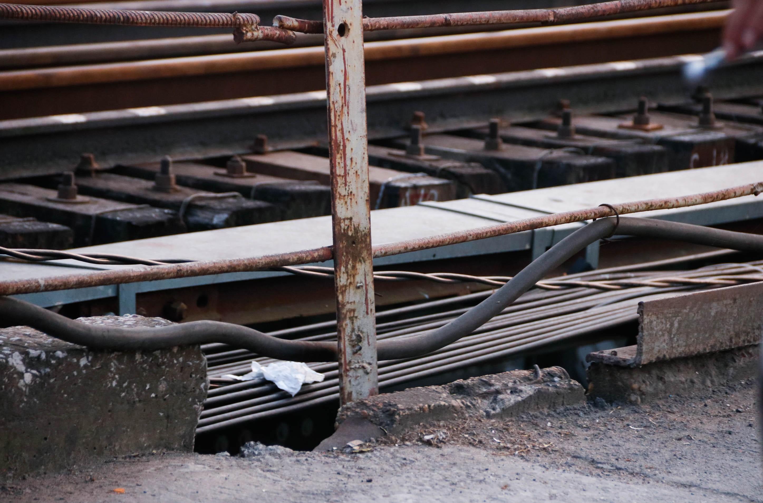 Cầu Long Biên xuống cấp đến không ngờ, mặt đường bị cày xới khiến người dân đi lại gặp nhiều khó khăn - Ảnh 2.