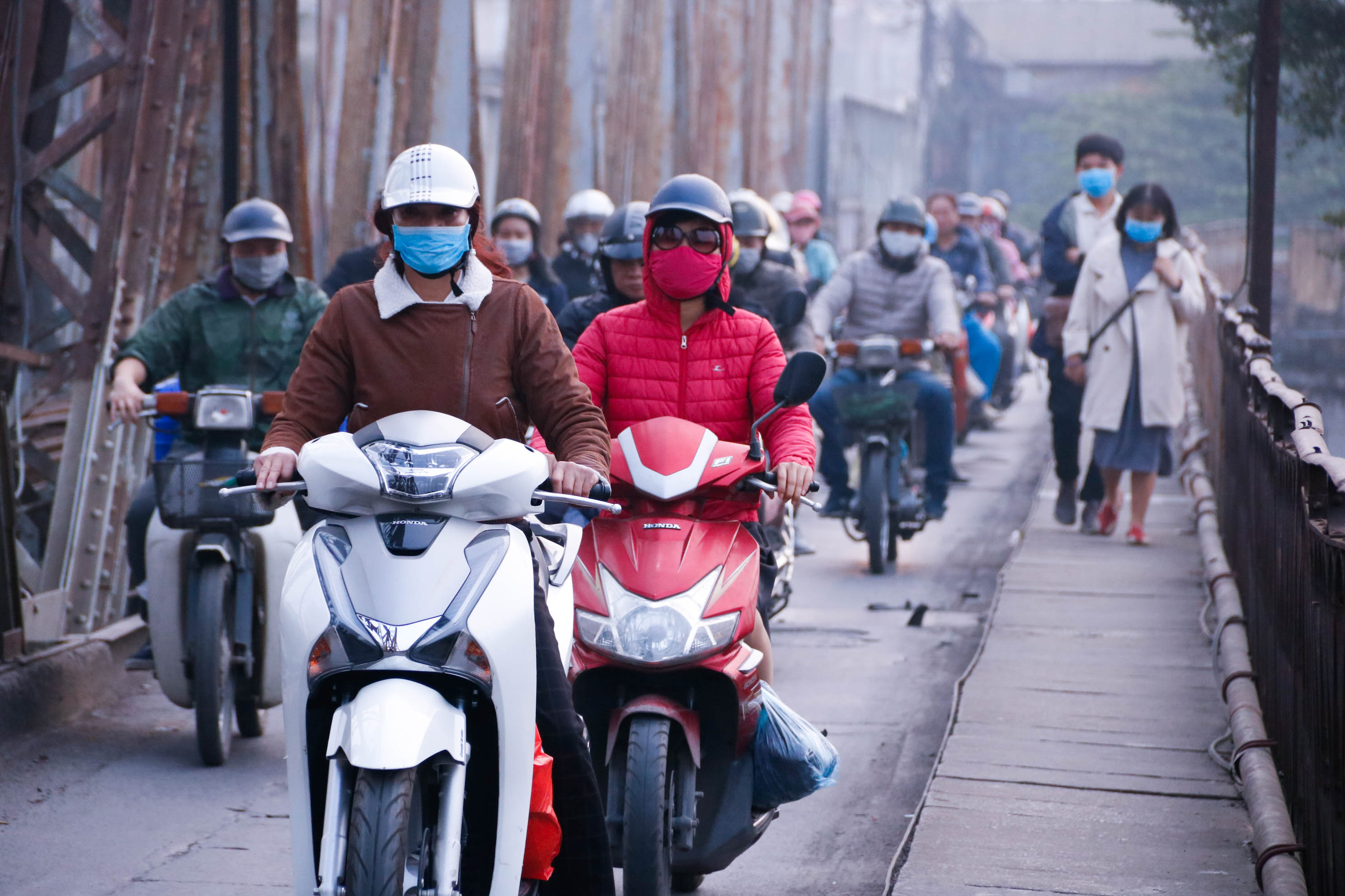 Cầu Long Biên xuống cấp đến không ngờ, mặt đường bị cày xới khiến người dân đi lại gặp nhiều khó khăn - Ảnh 20.