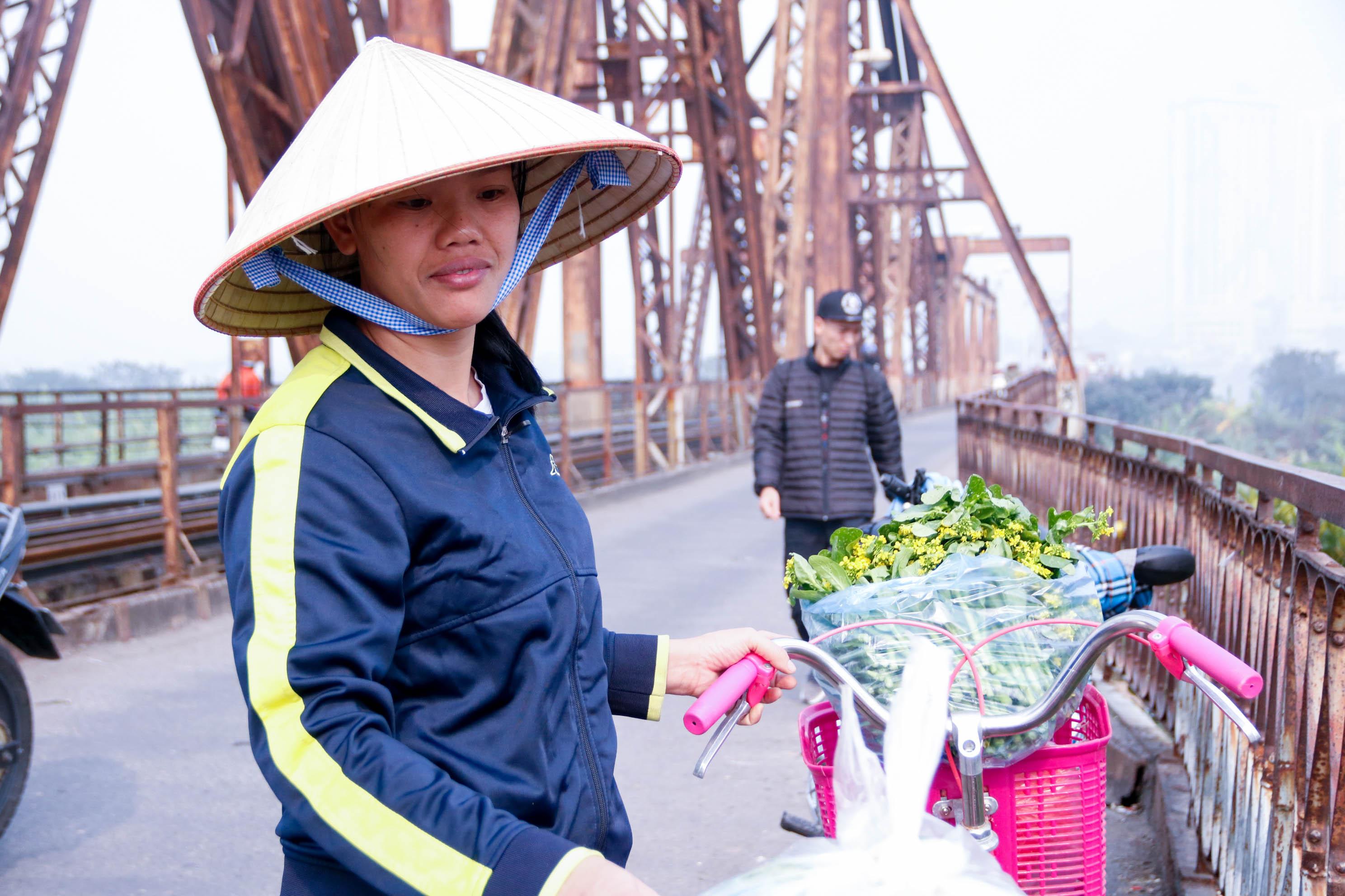 Cầu Long Biên xuống cấp đến không ngờ, mặt đường bị cày xới khiến người dân đi lại gặp nhiều khó khăn - Ảnh 5.