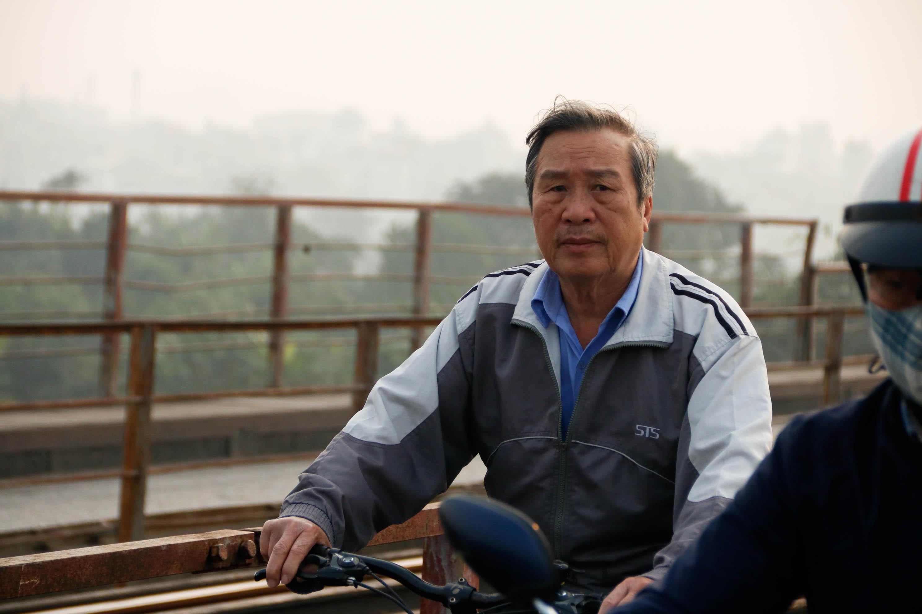 Cầu Long Biên xuống cấp đến không ngờ, mặt đường bị cày xới khiến người dân đi lại gặp nhiều khó khăn - Ảnh 6.
