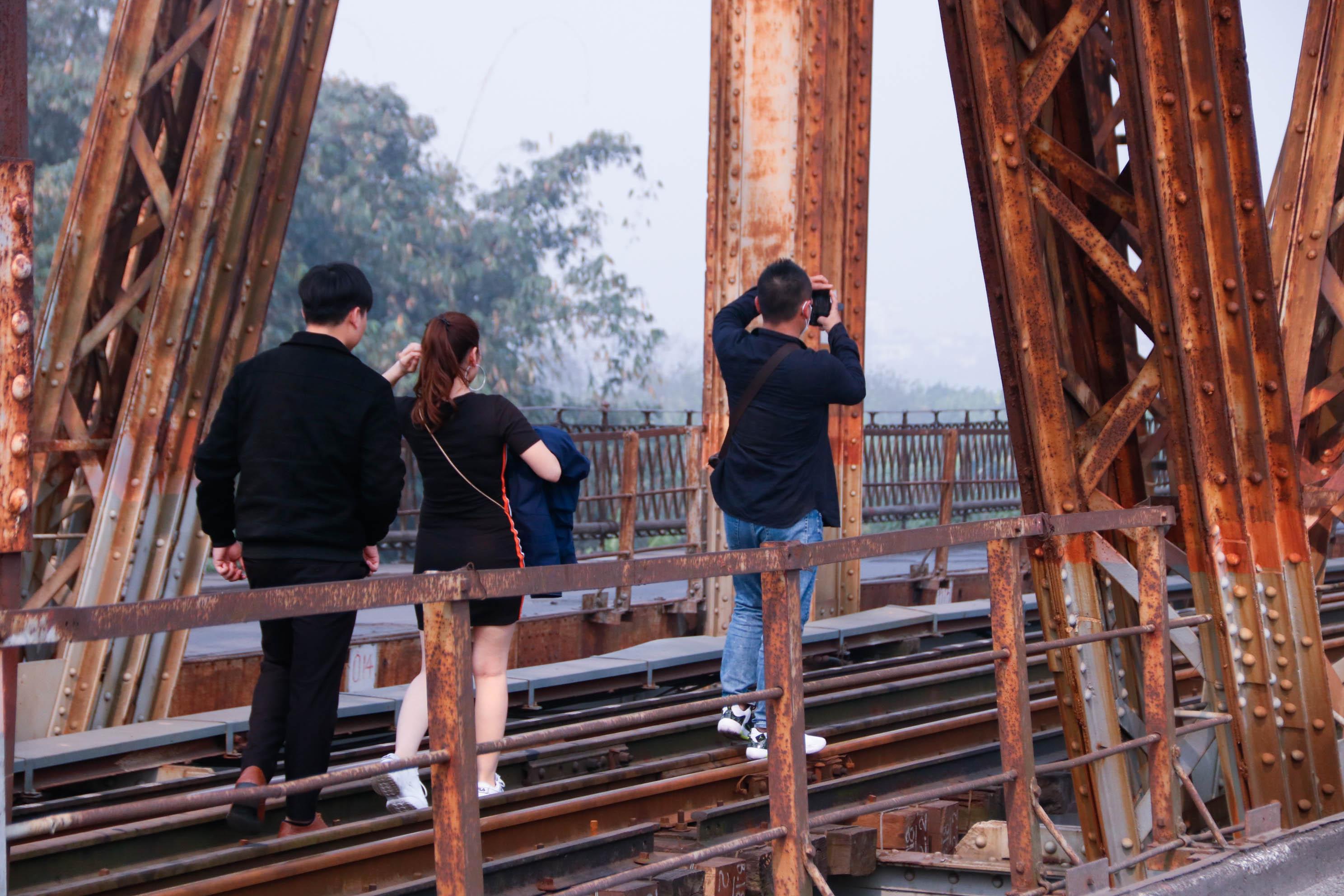 Cầu Long Biên xuống cấp đến không ngờ, mặt đường bị cày xới khiến người dân đi lại gặp nhiều khó khăn - Ảnh 7.