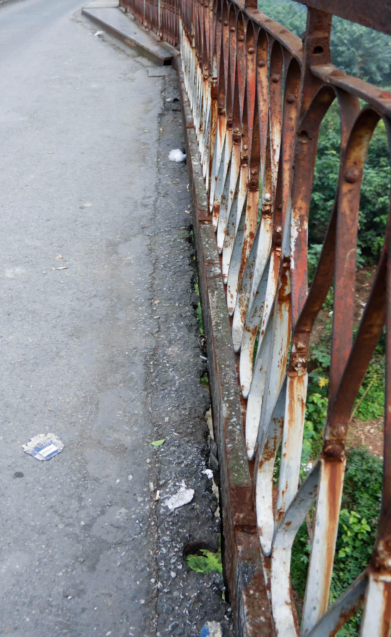 Cầu Long Biên xuống cấp đến không ngờ, mặt đường bị cày xới khiến người dân đi lại gặp nhiều khó khăn - Ảnh 9.