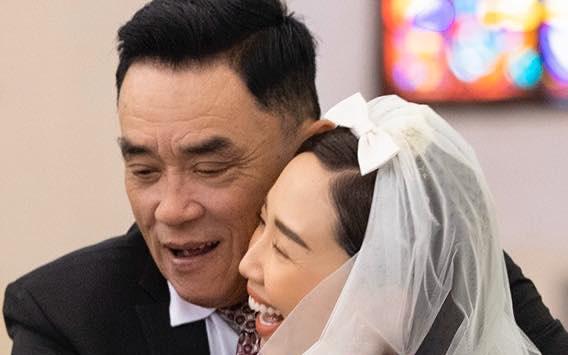 Vắng bóng mẹ trong ngày cưới, cha Tóc Tiên ôm chặt con gái vào lòng đầy xúc động