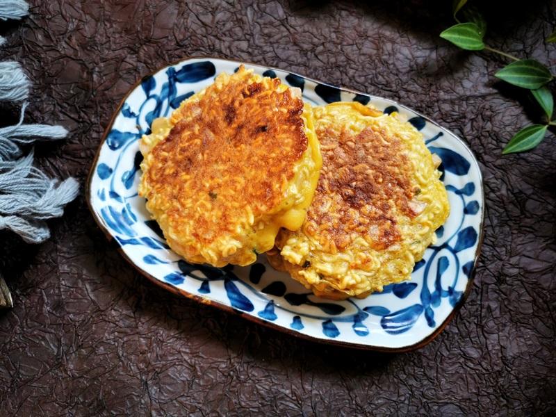 Dùng mì gói làm bánh trứng nóng hổi ngon lành cho cả nhà ăn sáng - Ảnh 5.