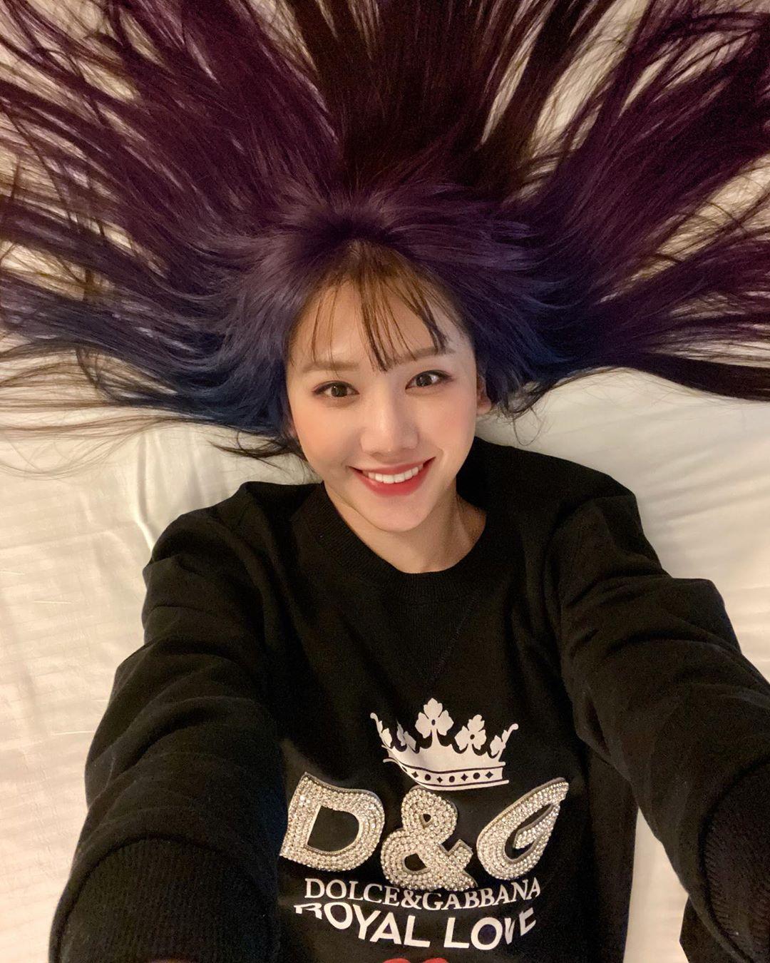Hơn 30 tuổi đầu, lần đàu tiên trong cuộc đời Hari Won chơi lớn đến mức này: Nhuộm hẳn tóc tím omber chất nhất quả đất luôn - Ảnh 1.