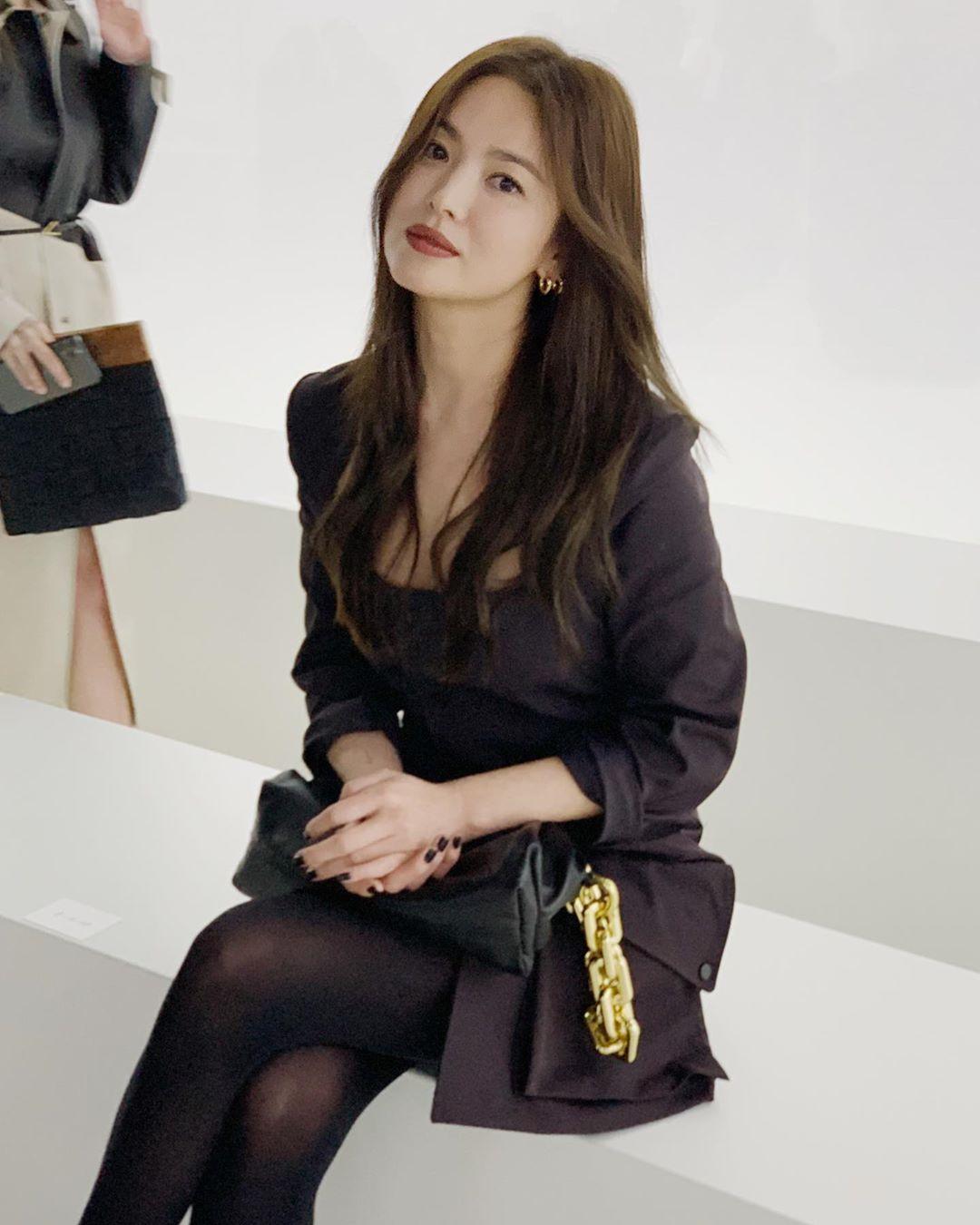 Song Hye Kyo diện đồ đen cực ngầu, chiếm sóng mọ - Ảnh 1.
