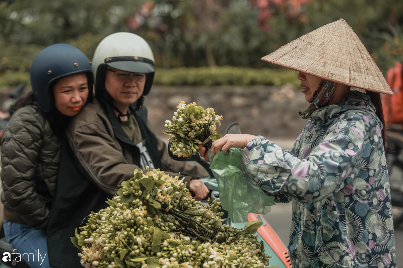 Cuối tháng Giêng, giữa phố phường Hà Nội bỗng bắt gặp hương bưởi, phả vào trong gió se - Ảnh 8.