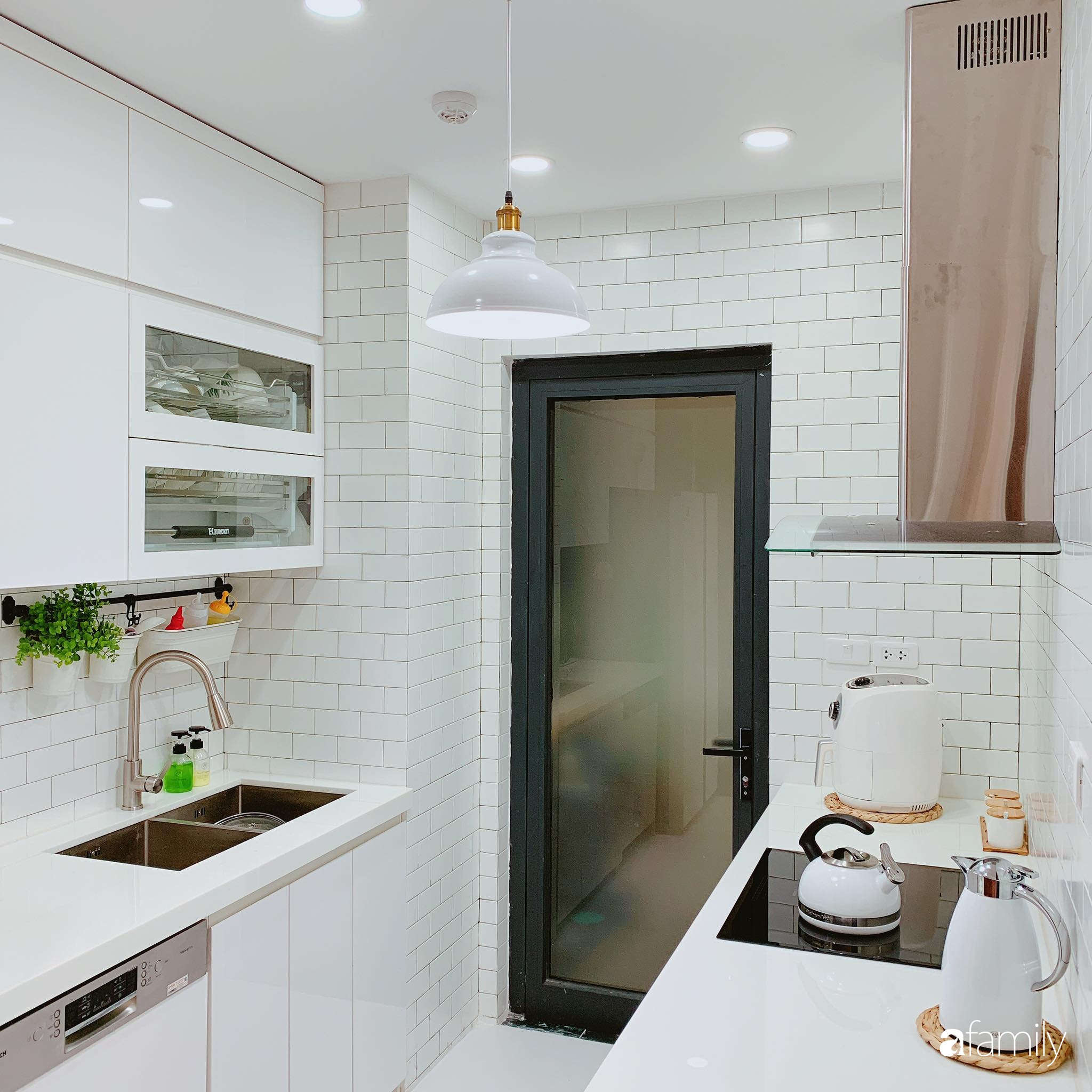 Căn hộ 90m² như được nhân đôi không gian nhờ cách decor khéo léo với màu trắng - ghi ở Hà Nội - Ảnh 10.