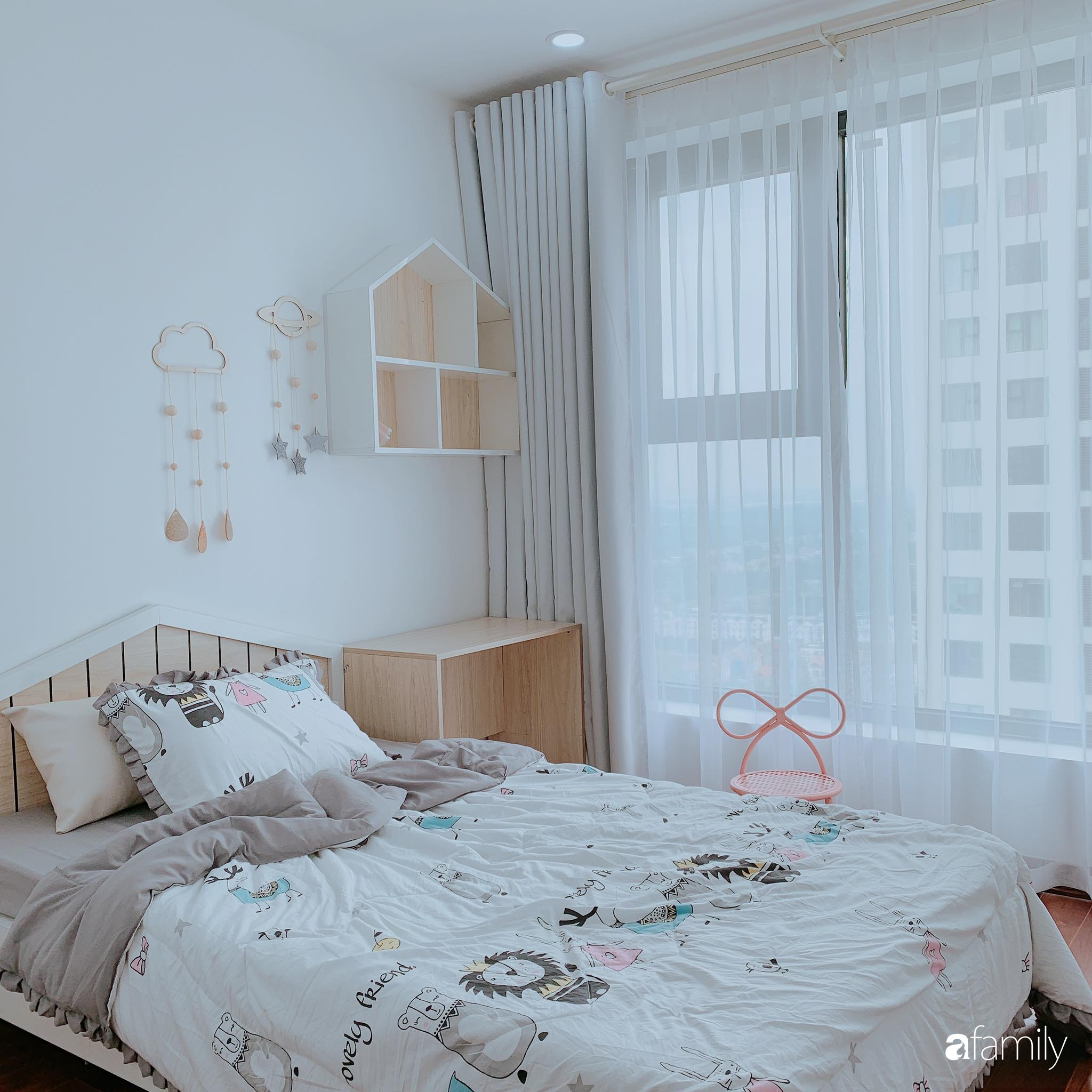 Căn hộ 90m² như được nhân đôi không gian nhờ cách decor khéo léo với màu trắng - ghi ở Hà Nội - Ảnh 15.