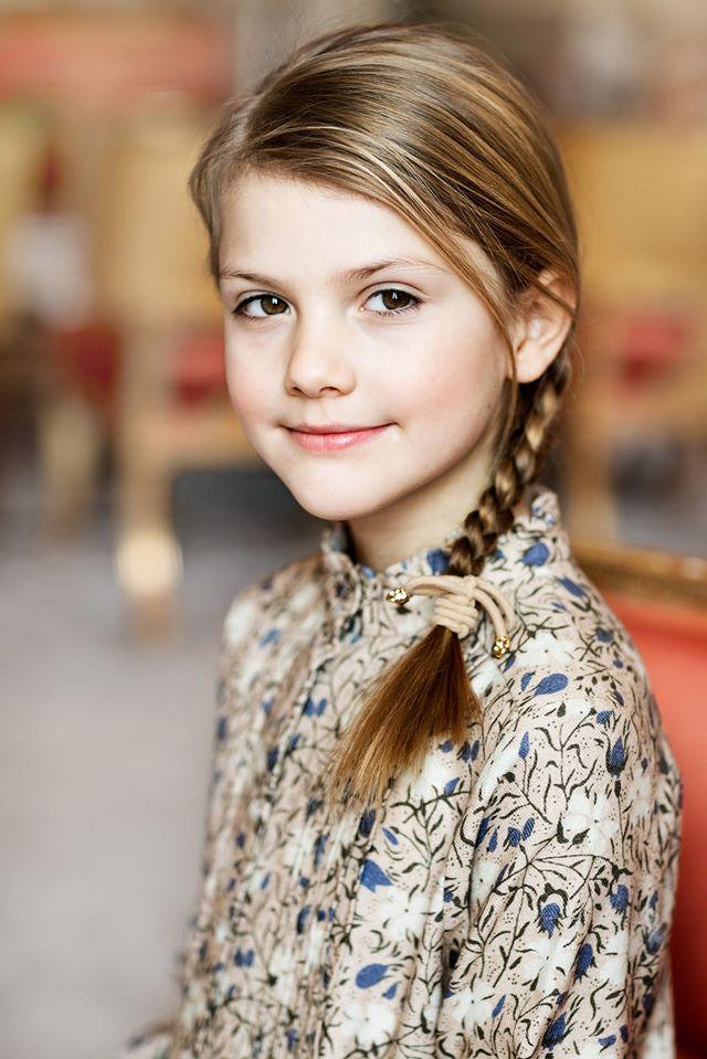Tiểu công chúa tinh nghịch nổi tiếng của Hoàng gia Thụy Điển gây bất ngờ với vẻ ngoài xinh đẹp trong hình ảnh mới nhất - Ảnh 3.
