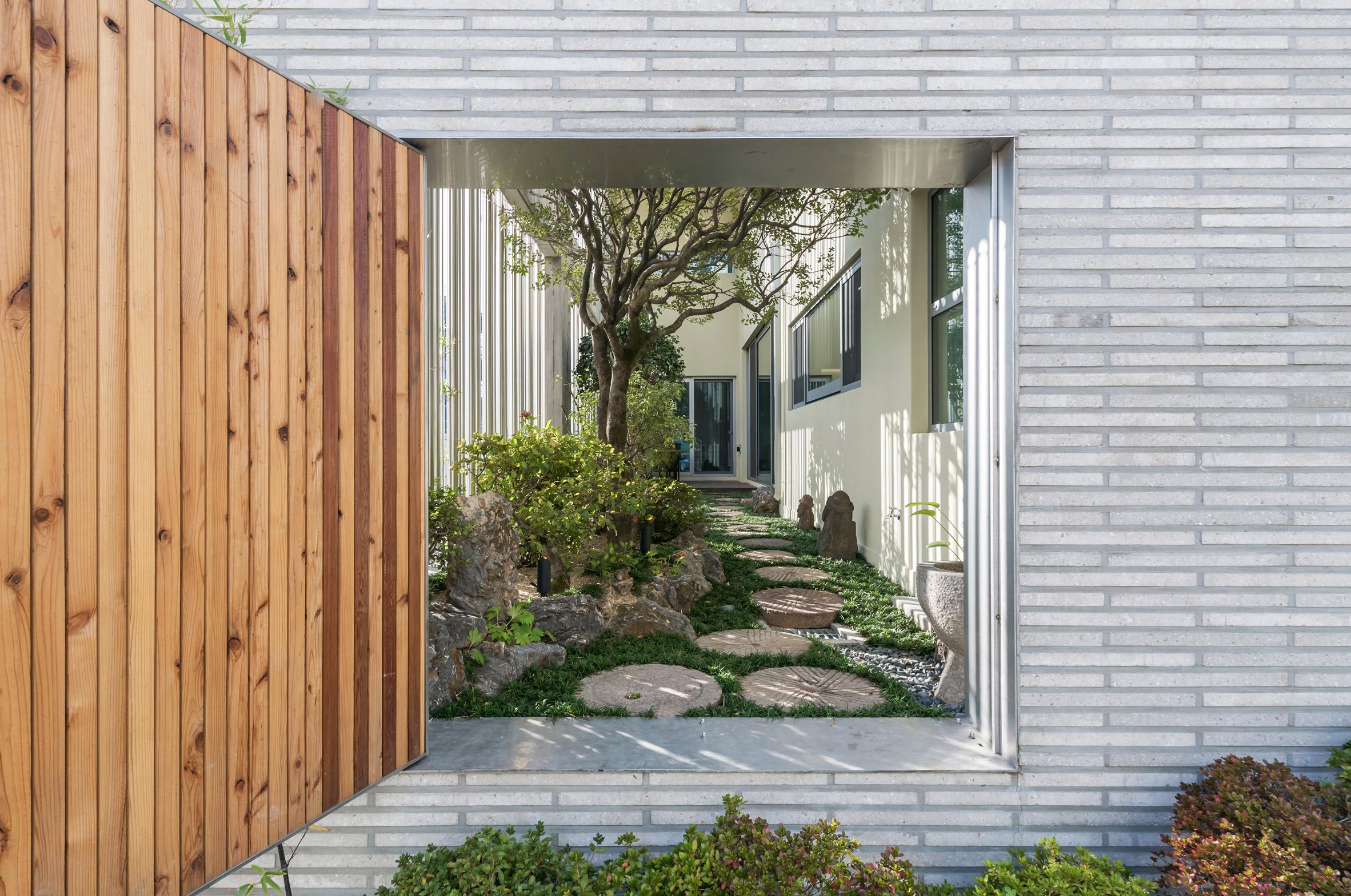Ngôi nhà độc đáo với những cột thép không gỉ tạo tấm rèm đẹp mắt - Ảnh 2.