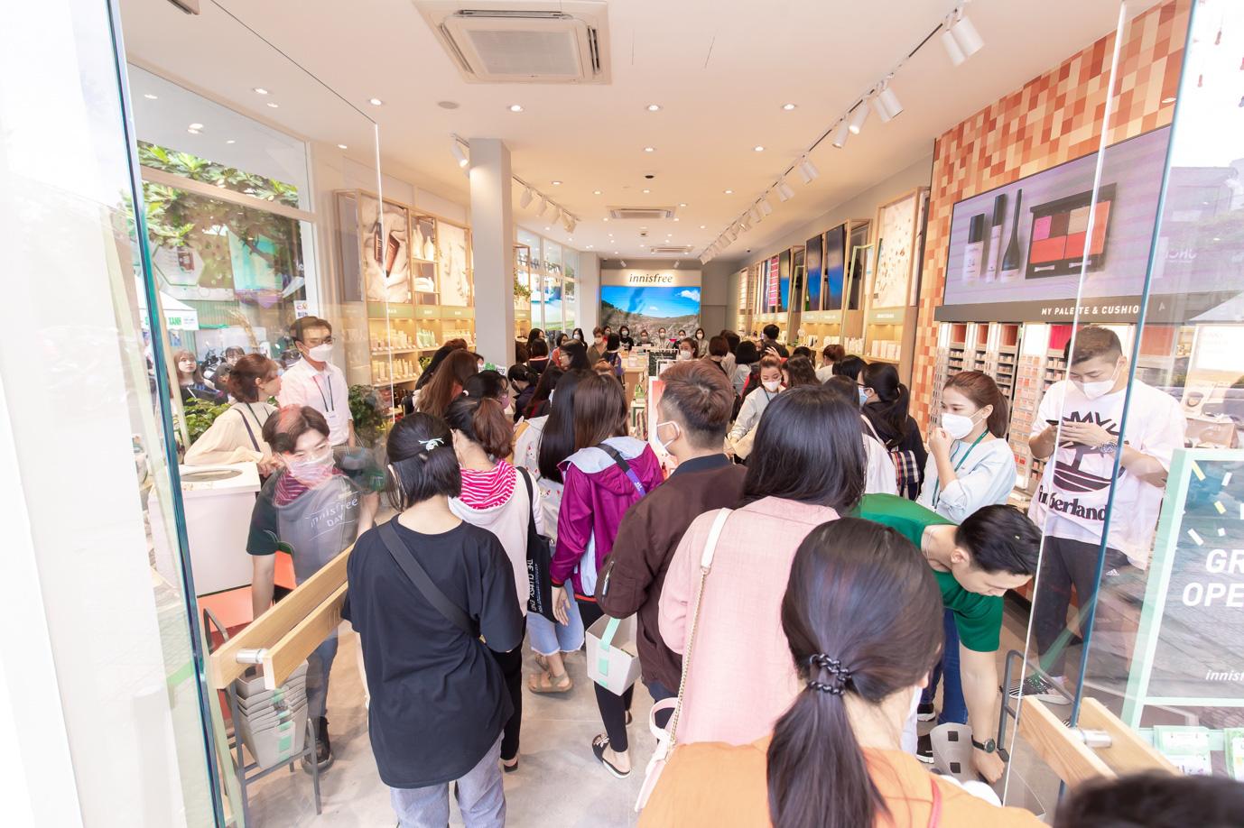 """Sướng nhất các tín đồ làm đẹp Đà Nẵng: Vừa shopping nhận quà """"khủng"""" từ innisfree, vừa nghe Phương Ly hát live cực đỉnh - Ảnh 2."""