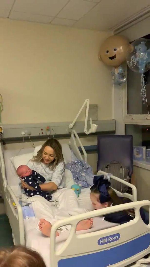 Gặp em trai mới sinh, cô chị 5 tuổi phán câu xanh rờn khiến cả nhà choáng váng - Ảnh 1.