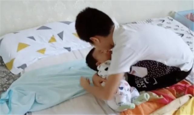 """Nhìn hành động bế ru, đặt em bé ngủ vô cùng """"thần sầu"""" của cậu bé này, nhiều bà mẹ trẻ có khi còn hổ thẹn không bằng! - Ảnh 2."""