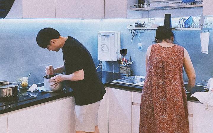 """Không chỉ """"cuồng vợ"""", Ông Cao Thắng còn chiều chuộng Đông Nhi đến mức không để cô phải động tay vào việc bếp núc"""